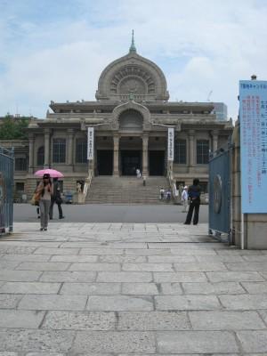 現在の本堂は1934年に落成した古代インド様式の建物