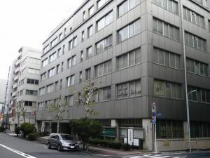 かつて新富座のあった場所には、今は京橋税務署が建つ